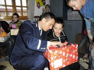 Cadouri pentru copii sărmani, împărţite de poliţiştii suceveni