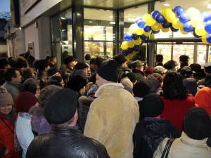 Sute de oameni au venit de la prima oră pentru a fi printre primii cumpărători
