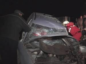 Bărbat ajuns în stare gravă la spital după ce s-a izbit cu maşina într-un copac