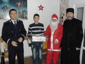 Copiii părintelui Saftiuc de la Dolhasca au primit cadouri de la poliţişti