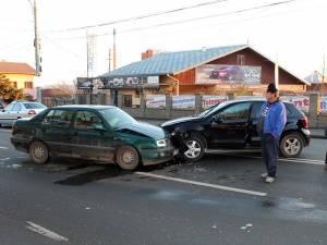 Două autoturisme au intrat în coliziune violentă în jurul orei 8.00, ambele maşini fiind avariate serios