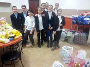 """Pachete pentru copii nevoiaşi şi donaţii pentru un centru de plasament, din partea Şcolii """"Miron Costin"""""""