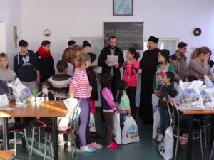 Părinte Nicolae Horga, inspector bisericesc, a împărţit haine şi dulciuri copiilor de la Solca