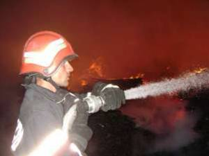 Incendiul a fost anunţat în noaptea de miercuri spre joi, la ora 1.29