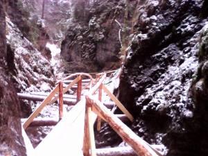 Traseul turistic spre Rarău, prin Moara Dracului, a fost amenajat cu un sistem format din mai multe punţi