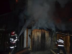 Casă din Voroneţ, în care erau cazaţi 18 turişti, cuprinsă de flăcări de Revelion