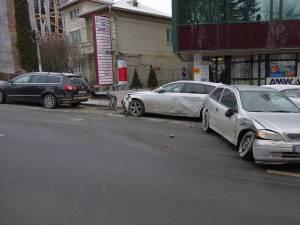 Patru maşini, avariate de neîndemânarea unui şofer începător