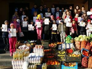 """Surplusul de produse alimentare cumpărate a fost donat copiilor de la Aşezământul """"Sfântul Leontie"""" din Rădăuţi"""