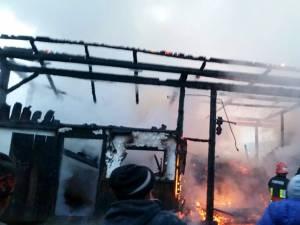Incendiul izbucnit luni după-amiază în satul Mironu din comuna Valea Moldovei a mistuit anexele unei gospodării