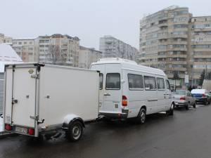 Locuri de parcare ocupate de microbuze şi autoutilitare
