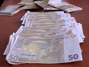 Un bărbat a fost surprins în flagrant în timp ce încerca să mituiască un poliţist cu 1.000 de euro