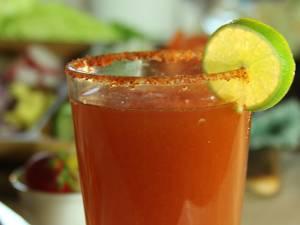 Michelada (băutură mexicană pentru mahmuri). Foto: corazonenplatillo.com