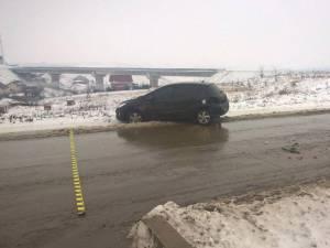 Un autoturism marca Peugeot care staţiona pe partea dreaptă în direcţia de mers Moara – Suceava a fost lovit în partea stângă spate de un autoturism marca Audi