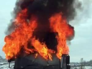 În câteva momente cabina camionului s-a aprins şi a ars ca o torţă