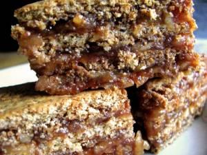 Prajitura de biscuiți cu mere și zahăr ars. Foto: www.facebook.com/BucovinaGustoasa
