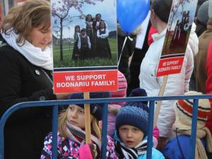 Aproape 5.000 de persoane au protestat în centrul Sucevei, solidare cu familia Bodnariu