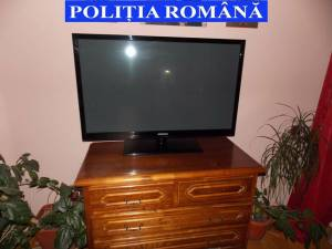 Televizor ridicat de poliţişti cu ocazia percheziţiilor