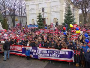 Aproape 5.000 de persoane au protestat în faţa Palatului Administrativ din Suceava