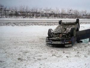 Un autoturism înmatriculat în Bacău s-a răsturnat ieri după-amiază pe DN 17, la ieşirea din Şcheia spre Gura Humorului