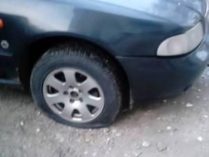 Două dintre maşinile găsite cu anvelope tăiate
