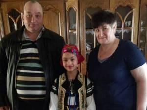 Familia de asistenţi maternali Cătălin şi Paraschiva Ailincă, împreună cu o fetiţă de care au grijă