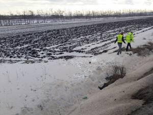 Bărbatul a fost găsit mort la o diferenţă de nivel de câţiva metri faţă de şosea