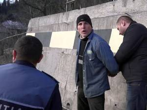 Emanuel Sandu Ursu în momentul ridicării de către poliţişti
