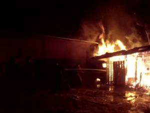 Adăpostul de animale al gospodăriei a fost distrus în întregime de flăcări