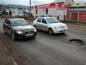 Pericolul de pe DN 17 a fost semnalat de şoferi la 112, o maşină a Politiei Rutiere staţionând în zonă, până când a fost semnalizată groapa