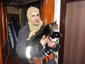 La rugămintea bărbatului, pompierii au scos din apartamentul inundat de fum şi gaze toxice cele două pisici ale acestuia, rămase într-o cameră