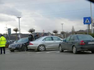 Trei maşini avariate după o tamponare  în parcarea Iulius Mall