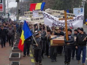 Protestul forestierilor a paralizat temporar traficul rutier pe străzile Sucevei