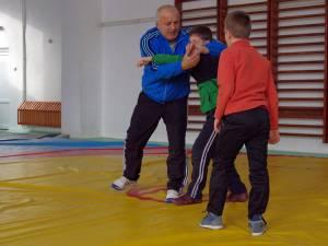 Ştefan Rusu îi învaţă tainele luptelor pe micuţii săi elevi