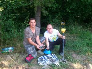 Paul Croitoriu (dreapta) este bărbatului din Cacica care, în vara anului 2014, a scos la iveală şi a predat 309 monede geto-dacice