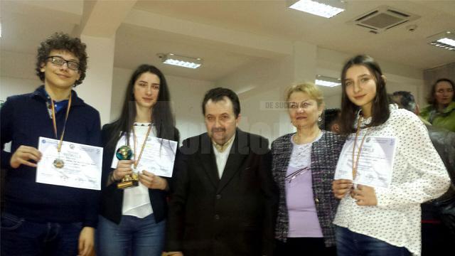 Premianţii suceveni, alături de prof. dr. Marcel Porof şi inspectorul de geografie din Ministerul Educaţiei