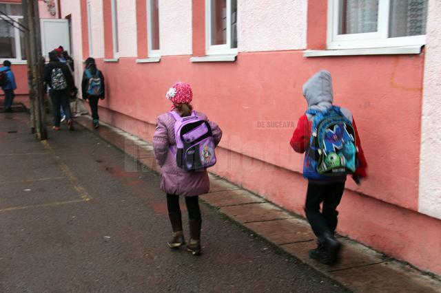 Greutatea ghiozdanelor pe care elevii le cară în spate zi de zi la şcoală afectează un număr din ce în ce mai mare de copii