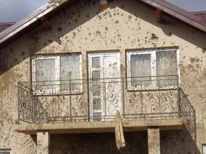Întreaga faţadă a casei a fost distrusă, iar mirosul este insuportabil