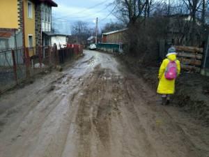 Pentru a merge la şcoală, copiii au de traversat prin noroiul ce le ajunge la glezne