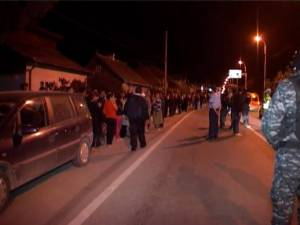 La fata locului s-au adunat  atunci în jur de doua sute de oameni, rude şi vecini ai decedatului