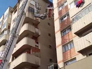 Intervenţia pompierilor la blocul din Burdujeni. Foto: Elisei Boghean
