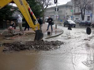 Avarie la reţeaua de apă şi canalizare pe strada Nicolae Bălcescu
