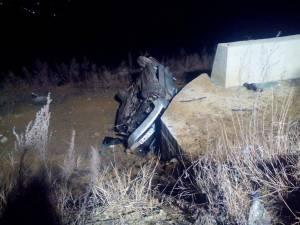 Maşina a plonjat de la o diferenţă de nivel de cinci metri, după care s-a zdrobit de un zid