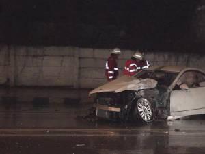 Un Mercedes s-a zdrobit de un stâlp, în cartierul Burdujeni
