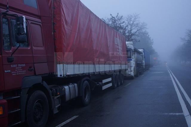 Zeci de tiruri înmatriculate în Federaţia Rusă erau blocate ieri după-amiază la intrarea în Vama Siret, pe sensul de intrare în Ucraina