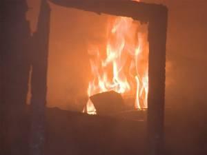 Un incendiu puternic a distrus un atelier auto şi două garaje, la Câmpulung Moldovenesc