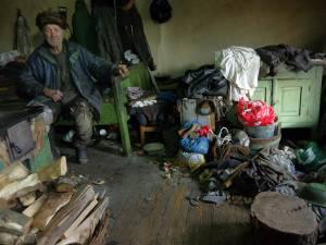 Alexandru Moldovan, în vârstă de 80 de ani, trăia într-o mizerie cruntă