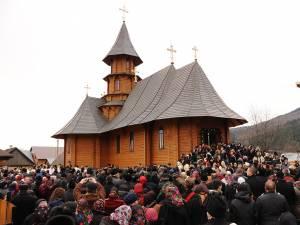 """Curtea noii biserici """"Sf. Constantin şi Elena"""" a devenit neîncăpătoare la sfinţirea locaşului, duminică dimineaţă"""