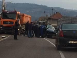 Trei victime în stare gravă, după ce un autoturism a intrat într-o basculantă