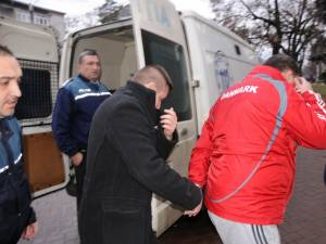Subcomisarul Florin Vasile Popescu (cel cu haină neagră) a fost trimis în judecată pentru luare de mită