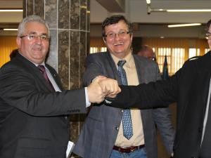 Cei trei candidaţi pentru Primaria Suceava s-au felicitat reciproc la finele şedinţei de Consiliu Local